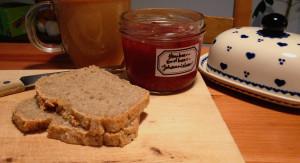 gesund und einfach selber backen: Buchweizen-Dinkel-Brot. Mehr Genuss und Balance im Alltag! Dazu Himbeer-Erdbeer-Marmelade