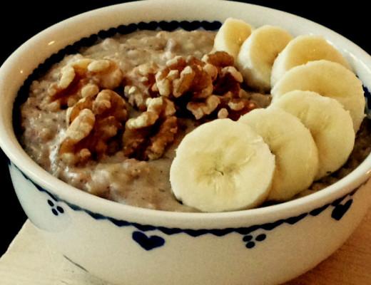 einfaches, nährendes Power-Frühstück: Porridge mit Kokos, Banane und Mandel.