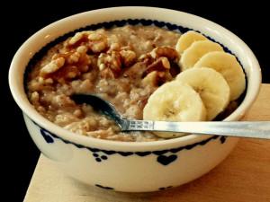 einfaches, nährendes Power-Frühstück: porridge! Banane, Kokos, Mandel. vegan.