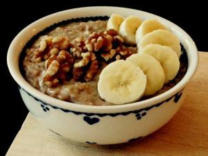einfach und nährend: Power-Frühstück Porrdige. Banane, Kokos, Mandel. Vegan. Gesund.